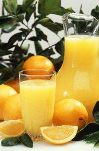 800px-Oranges_and_orange_juice